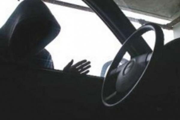У Рівному пограбували автівку на очах у власника