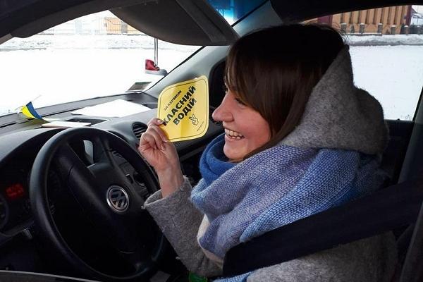 Рівненські патрульні відзначають гарних водіїв (Фото)