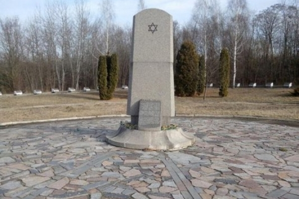 У ямі, в яку лягли майже 18 тисяч рівненських євреїв, лежить і кілька німців, офіцерів Вермахту