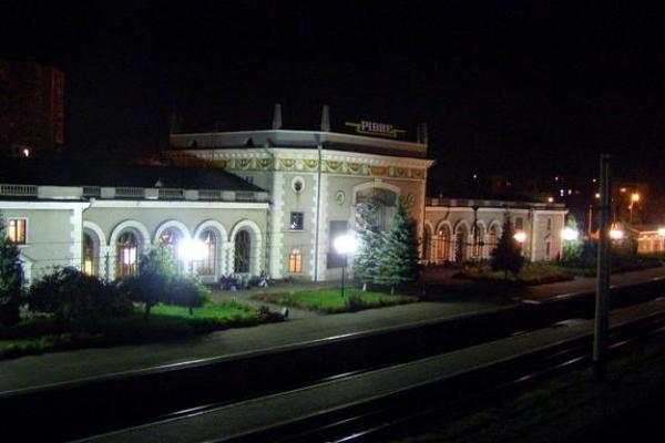 Що відбувається вночі на Рівненському залізничному вокзалі (Відео)