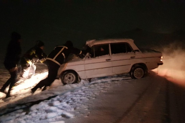 Рівненські бійці ДСНС рятували автівку та розрізали повалені дерева (Фото)