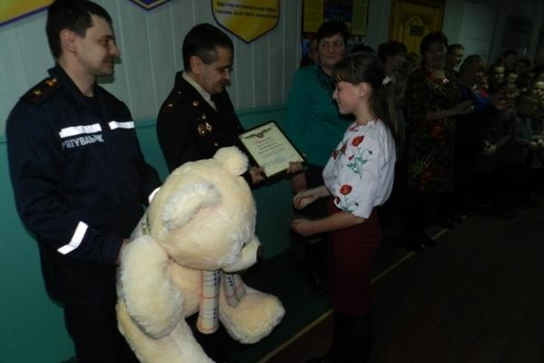 Бійці ДСНС нагородили мужню дівчинку-рятівницю з Рокитнівщини (Фото)