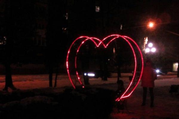 У Сарнах встановили величезне сяюче серце