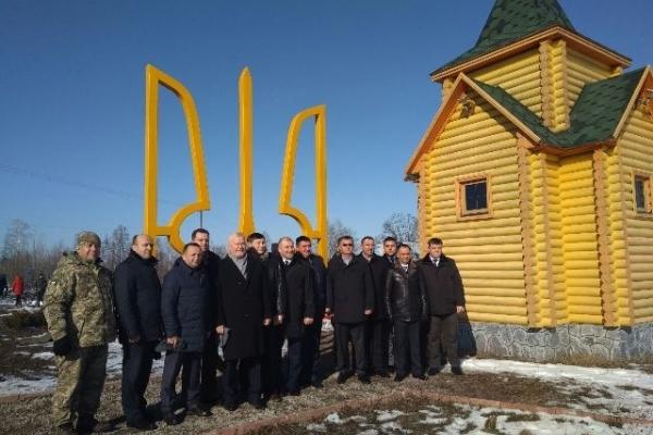 На Рівненщині встановили чотирьох метровий Тризуб