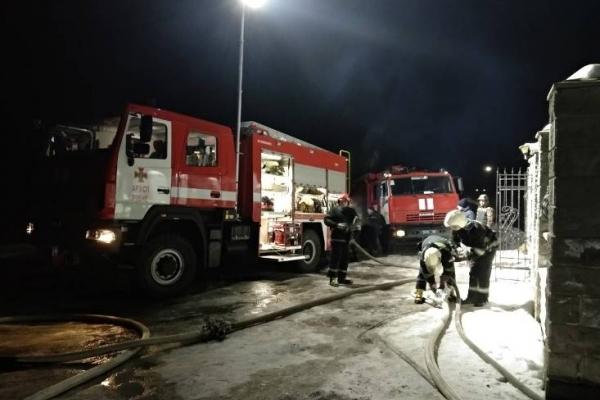 Вогонь охопив приміщення магазину (Відео)