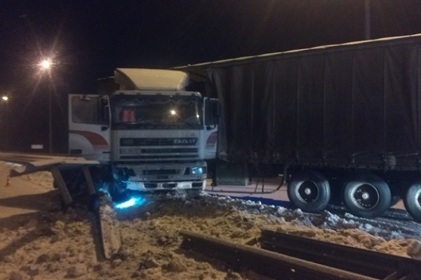 На Рівненщині рятувальники вивільняли вантажний автомобіль, який ускладнив рух на трасі Київ-Чоп (Фото, відео)