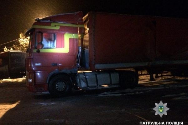 У вантажівці, яка влетіла у відбійник, виявили незаконний багаж (Фото)