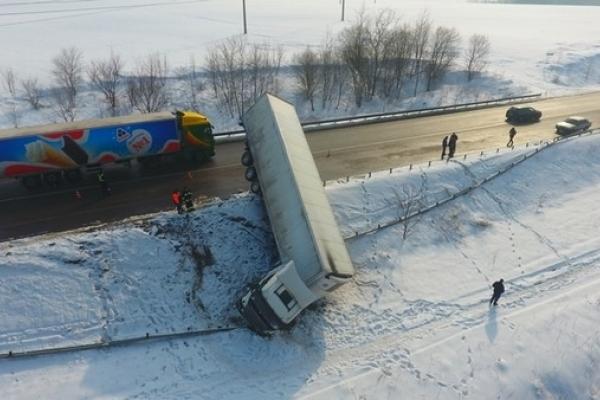 Через два дні вантажівку таки витягли з кювету (Фото)