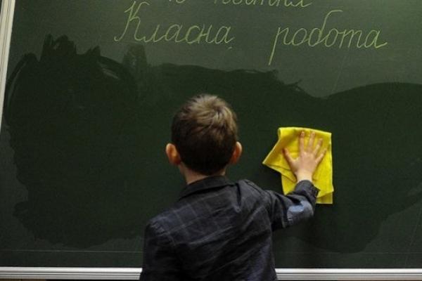 Карантин скасували: школярі повертаються за парти