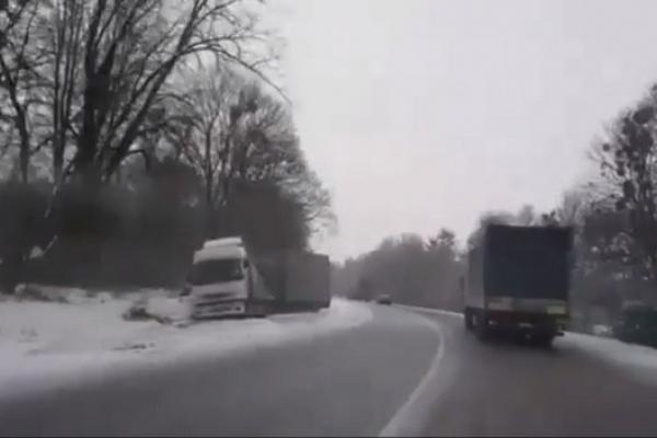 На Рівненщині - ДТП за участю вантажівки (Відео)