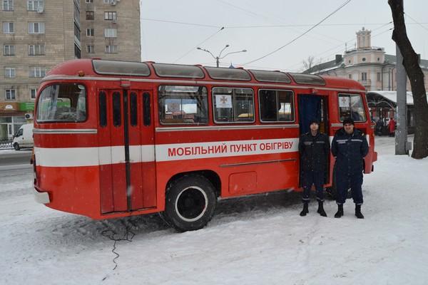 Рятувальники зігрівають людей в автобусах (Фото)