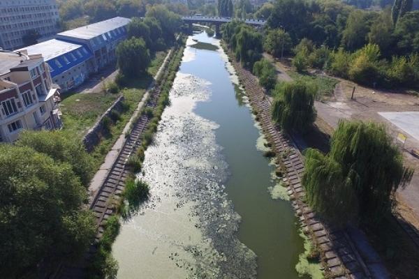 Ситуацію з витоком нечистот в Устю та озеро перевірятиме екоінспекція (Відео)