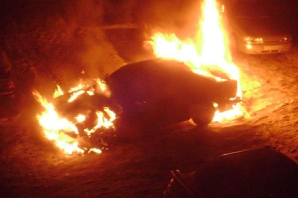 У Сарнах згоріло авто