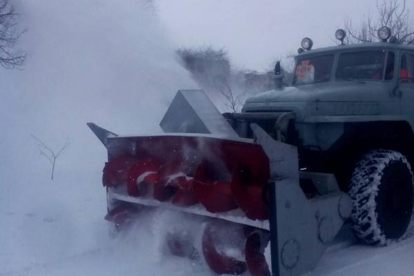 Рівненські рятувальники розчищають дороги місцевого значення (Фото)