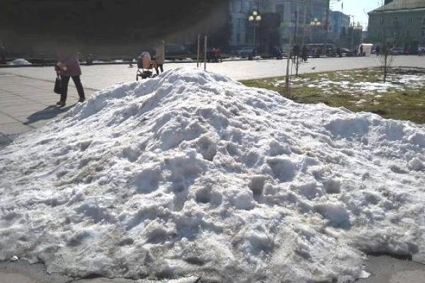 Як у Рівному на майдані Незалежності сніг прибирають