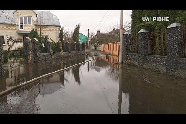Будинки рівнян підтопило, бо нема каналізації (Відео)