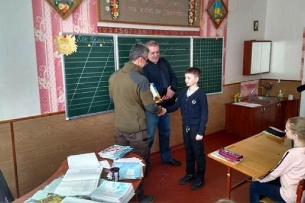 Четвертокласник рівненської школи зробив подарунок для медиків на передовій