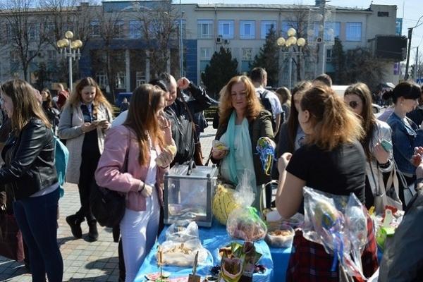 Школярі у центрі Рівного торгували великодніми смаколиками і прикрасами (Фото, Відео)