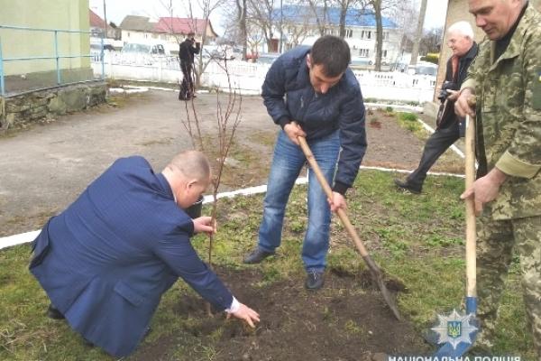 У Гощі поліцейські, представники влади, ветерани та школярі висадили дерева