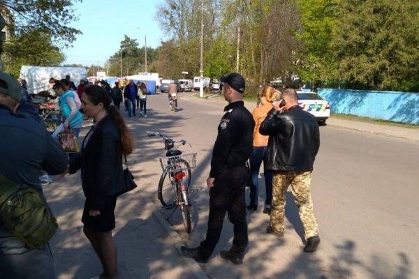 На одному з ринків Рівненщини влаштували «полювання» на незаконних торговців (Фото)