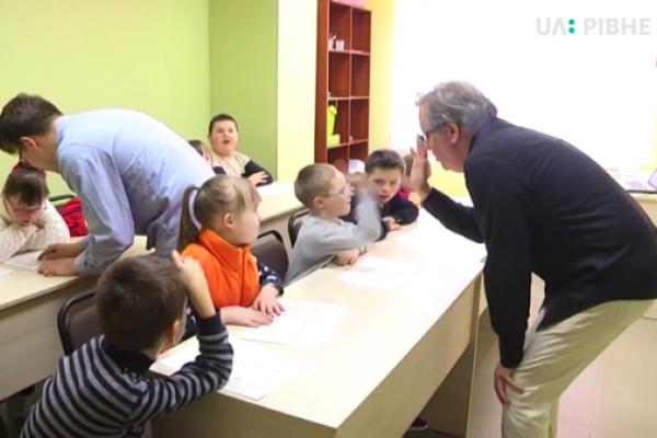 Волонтер-американець у Рівному навчає дітей з інвалідністю (Відео)