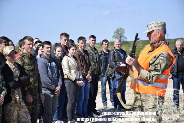 На Рівненщині військові навчали  влучно стріляти майбутніх захисників Вітчизни