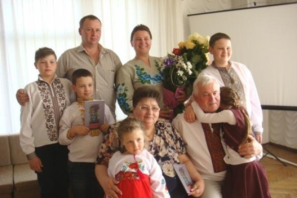 На поетичний дебют Іванни Голуб (Шепеляк) з Корнина завітала вся її велика родина