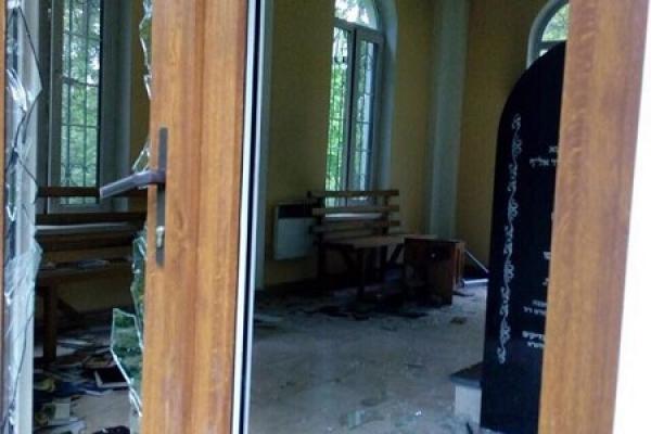 На Рівненщині вандали розгромили могилу (Фото)
