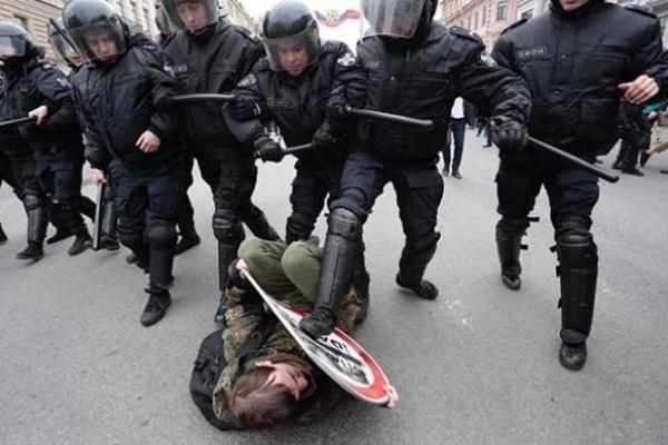 Мережі гудуть про жорстоку розправу над протестувальниками в Росії і про те, хто це чинить