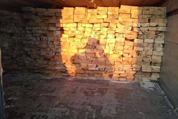 На Рівненщині затримали дві вантажівки, що перевозили дошки - нелегальну деревину