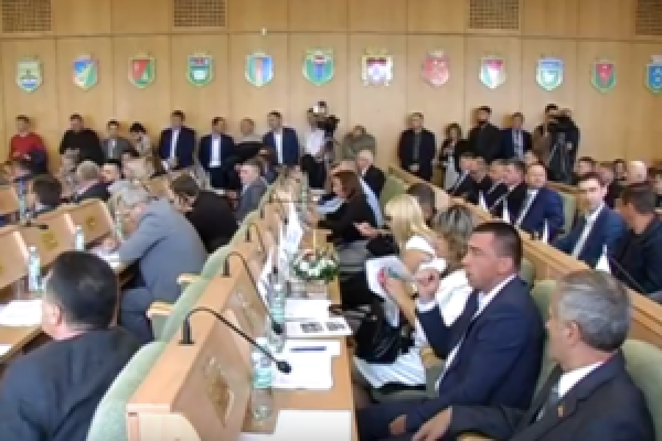На Рівненщині під час сесії обласної ради було гаряче (Відео)