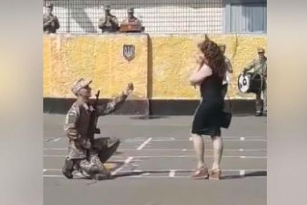 Солдат з Рівненщини зробив пропозицію своїй дівчині під час військової присяги (Відео)