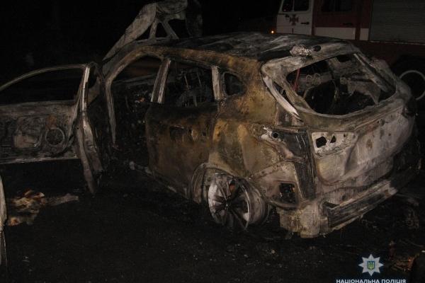Вночі у Рівному спалили дві автівки (Фото)
