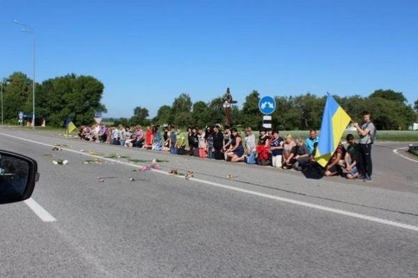 Загиблого на Сході бійця з Рівненщини зустрічали на колінах (Фото)