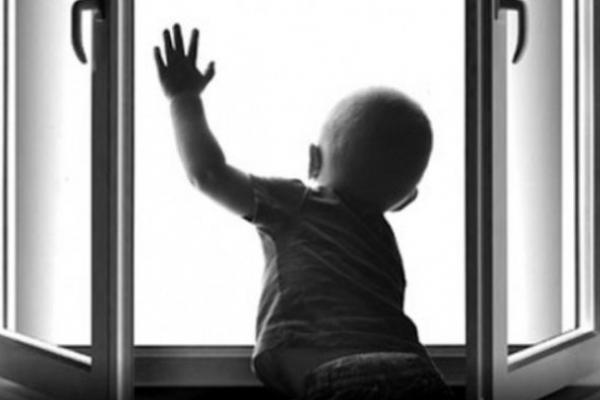 Рівненські патрульні розповідають, що потрібно робити, аби попередити падіння дитини з вікна