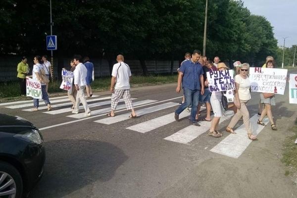 У Млинові люди перекрили дорогу (Фото)