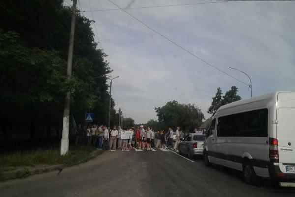 На Рівненщині перекрили дорогу (Фотофакт)