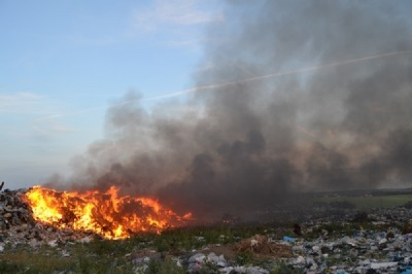 Рятувальники показали, як вони гасили пожежу на сміттєзвалищі (Фото)
