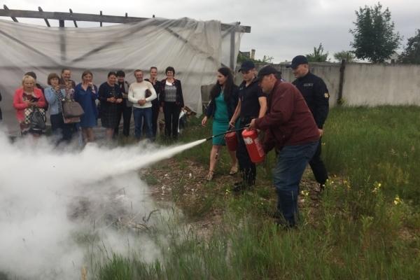 Володимирецькі рятувальники навчали працівників культури користуватися вогнегасниками (Фото)