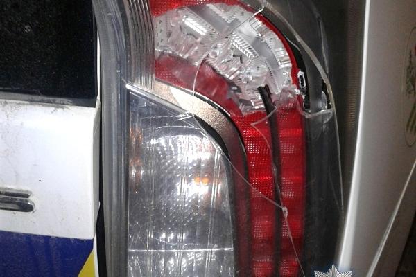 Житель Рівненщини пошкодив поліцейський автомобіль (Фото)