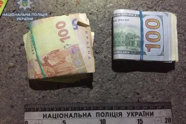 Поліцейські виявили у рівнянина пістолет, наркотики та понад 160 тисяч гривень (Фото)