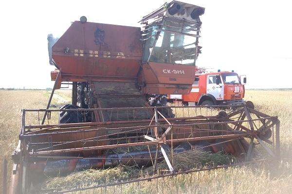 У полі на Млинівщині загорівся комбайн (Фото)