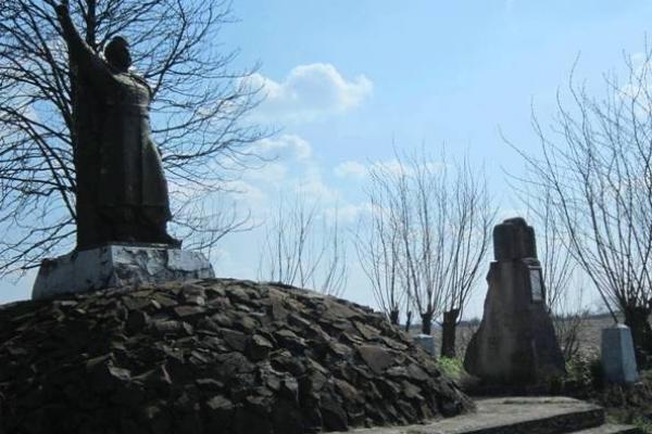 На Рівненщині пам'ятники не в пошані
