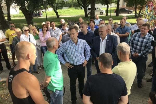 Валентин Наливайченко підтримав протест проти закриття Млинівської гімназії на Рівненщині