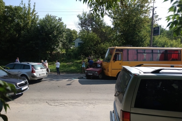 У Рівному на Чорновола ДТП за участі маршрутного автобуса та «копійки» (Фотофакт)