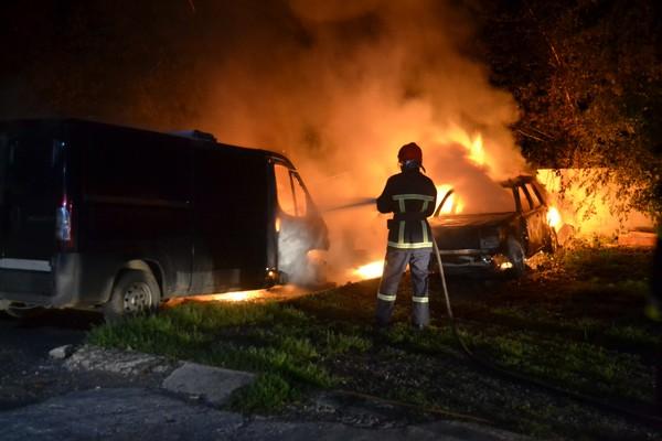 У Рівному вночі згоріли джип, легковик та мікроавтобус (Фото, відео)