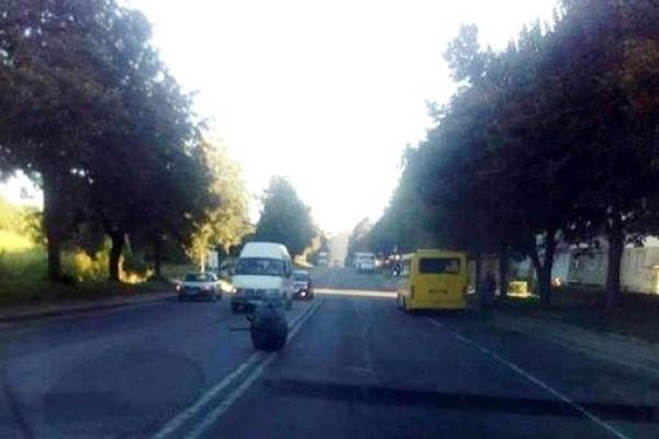 У рівненської маршрутки відірвало колеса (Фотофакт)