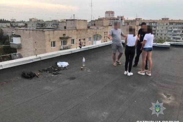 У Рівному на даху висотки патрульні виявили неповнолітніх з алкогольними напоями