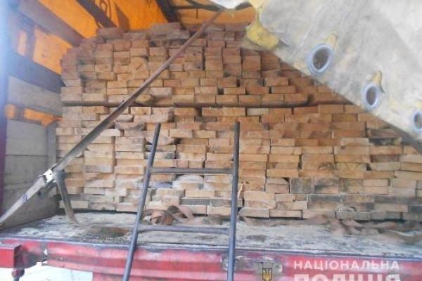Поліцейські затримали вантажівки з лісоматеріалами