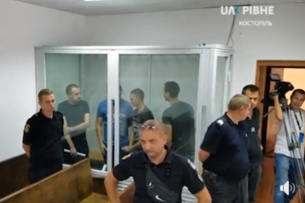 Живий серіал: на суді в Костополі потерпіла дівчина попросила суд випустити ґвалтівників